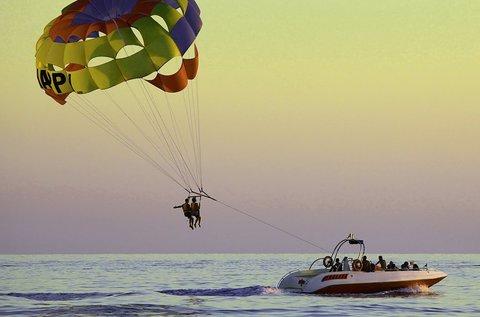 Szóló vízi ejtőernyőzés a Tisza-tavon