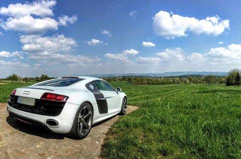 Taposs bele egy Audi R8 V8 csúcsjárgánnyal!