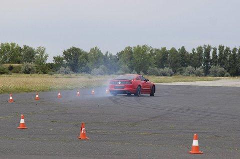 2,5 órás vezetéstechnikai tréning saját autóval