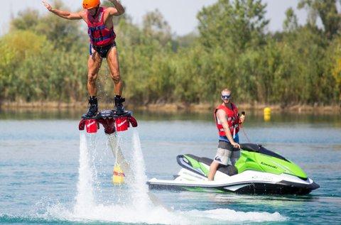 Repülj a víz felett flyboarddal 20 percen át!