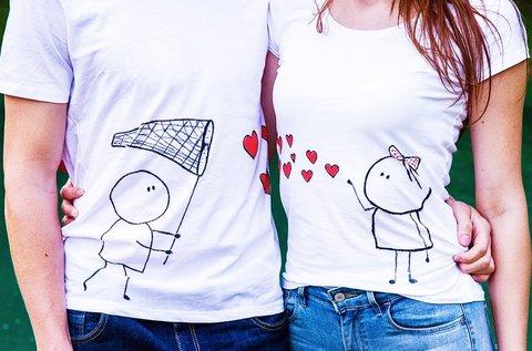 Egyedi mintás páros póló szerelmeseknek