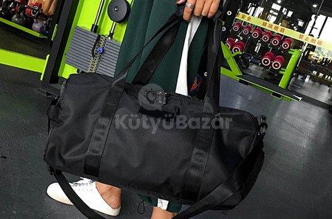 Fekete színű, vízálló sporttáska cipőtárolóval