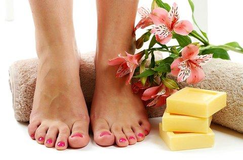 Puha, ápolt lábak pedikűrrel és paraffinos ápolással