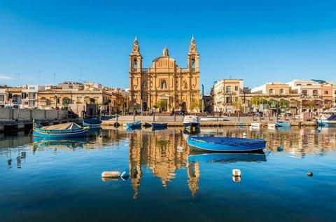 Feltöltődés a napfény szigetén, Máltán repülővel