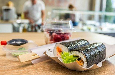 2 db ízletes sushi roll szójaszósszal