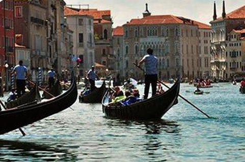 Buszos kirándulás a velencei vízi karneválra