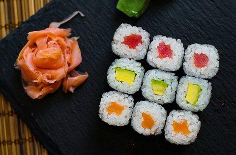 Ínycsiklandó japán sushi válogatás 2 főnek
