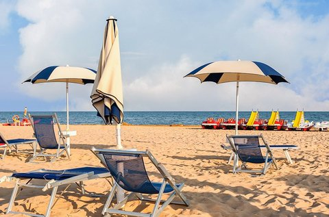 Nyári napfürdőzés Bibione tengerpartján